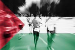 Falta de definición de movimiento del corredor de maratón con la mezcla de la bandera de Palestina Imagenes de archivo