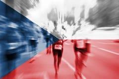 Falta de definición de movimiento del corredor de maratón con la mezcla de la bandera de la República Checa Imágenes de archivo libres de regalías
