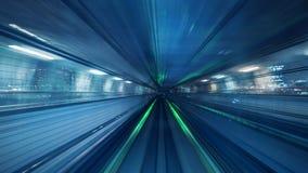 Falta de definición de movimiento del tren automático que se mueve dentro del túnel en Tokio, Japón imagenes de archivo