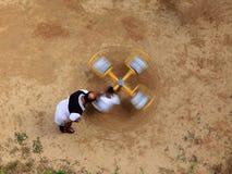 Falta de definición de movimiento de los niños que juegan en un carrusel foto de archivo