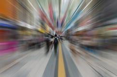 Falta de definición radial de la gente de la muchedumbre adentro en el centro de la ciudad Fotos de archivo libres de regalías