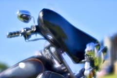 Falta de definici?n art?stica El frente de la motocicleta negra Harley Davidson en la reuni?n del festival del verano Rusia, regi imagen de archivo