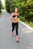Falta de definición de movimiento corriente del maratón de la mujer Fotografía de archivo libre de regalías