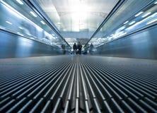 Falta de definición de movimiento de la escalera móvil móvil en aeropuerto Fotos de archivo libres de regalías