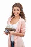 Falta de dinheiro. Jovens mulheres felizes que mantêm uma bolsa completa do dinheiro w fotografia de stock royalty free