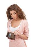 Falta de dinheiro. Jovens mulheres frustrantes que olham sua bolsa vazia Foto de Stock