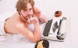 Falta de inspiraci?n o de idea Crisis de la creatividad Libro de funcionamiento de las ropas de cama de la cama de la endecha del foto de archivo