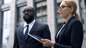 Falta de respeto, colegas que pelean en la discriminación del trabajo, racial o sexual imagen de archivo