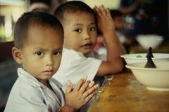 Falta de vivienda mezquina del niño perjudicado de los niños desgraciados Foto de archivo libre de regalías
