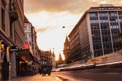 Faltas de definición de la luz del tráfico y de la gente en una ciudad urbana foto de archivo libre de regalías