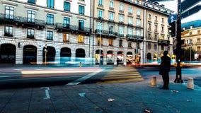Faltas de definición de la luz de la gente y del tráfico en las calles urbanas de la ciudad ocupada imagen de archivo