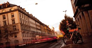 Faltas de definición de la luz de la gente y del tráfico en las calles urbanas de la ciudad ocupada foto de archivo