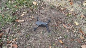 Faltbares Drohne entfernen sich vom Boden im Garten stock video footage