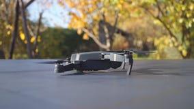 Faltbares Drohne entfernen sich von der rechten Ansicht der Tabelle stock footage