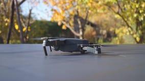 Faltbares Drohne entfernen sich von der Tabelle, die Ansicht gelassen wird stock video