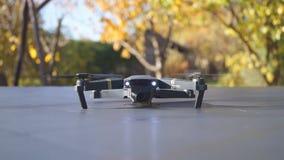 Faltbares Drohne entfernen sich von der Vorderansicht der Tabelle stock footage