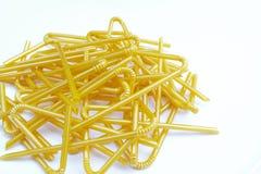 Faltbares Gelenk des Plastikstrohs der gelben Milch (selektiver Fokus) w Stockbild