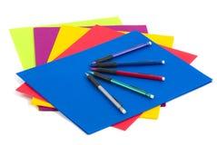 Faltblätter und Bleistifte Lizenzfreie Stockfotos