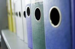 Faltblätter unter einem Papier Stockfoto