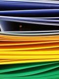 Faltblätter unter einem Papier Stockbild