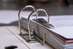 Faltblatt mit Dokumenten lizenzfreie stockfotografie