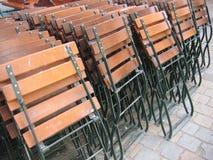 Faltblatt-Stühle, die auf einander sich lehnen Stockfotos
