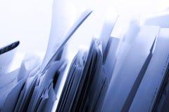 Faltblätter in einer Zahnstange Lizenzfreie Stockfotos