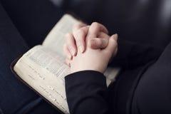 Falte überreicht eine Bibel Lizenzfreie Stockbilder