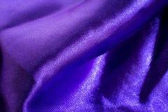 Falten eines violetten Gewebes lizenzfreies stockfoto