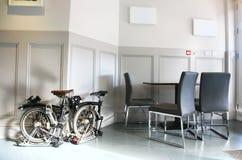 Faltende Fahrräder im Büro stockfotos
