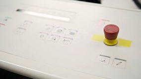 Faltende Maschine auf Druckenpolygraphindustrie - roter Knopf und Förderer, Abschluss oben Lizenzfreie Stockfotos