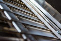 Faltende Maschinen-Falten-Papiereinheit innerhalb der Metallstangen-Presse-Nahaufnahme stockfoto