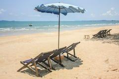 Faltende Strand-Stühle mit Regenschirm Stockbilder