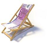 Faltender Strandstuhl mit Euro 500 Stockfoto