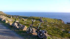 Faltendes Fahrrad im Land-Ende stockfotografie