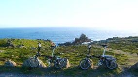 Faltendes Fahrrad im Land-Ende Lizenzfreie Stockbilder