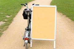 Faltendes Fahrrad im Park lizenzfreie stockfotografie