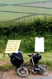 Faltendes Fahrrad mit Gepäck stockbilder