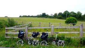 Faltendes Fahrrad mit Gepäck stockfoto