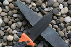 Faltendes Messer des Überlebens mit Bleistiftspitzerstein Lizenzfreie Stockbilder
