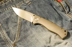 Faltendes Messer mit Aluminiumgriff Messer in der ausgebreiteten Position Stockfotografie