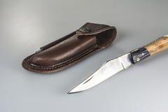 Faltendes Messer mit ledernem Reisebeutel und -bleistiftspitzer Lizenzfreie Stockfotos