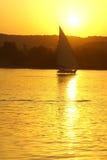 Faluka op Nijl tegen zonsondergang Stock Foto's