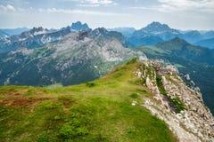 Falzarego passerande, Dolomitesberg Arkivfoton