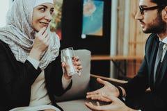 Família árabe na recepção no escritório do Psychotherapist foto de stock royalty free