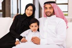 Família árabe que senta-se em casa imagem de stock
