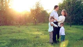 A família é um paraíso em um mundo desapiedado Do amor verdadeiro há sempre claro video estoque