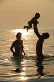 A família afortunada banha seaborne Imagem de Stock