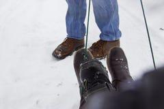 Família afortunada do pai no trenó Somente pés nas sapatas imagens de stock royalty free