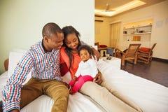 Família africana em casa imagens de stock